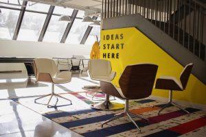 Foto: Vier moderne Bürostühle in einem Loft