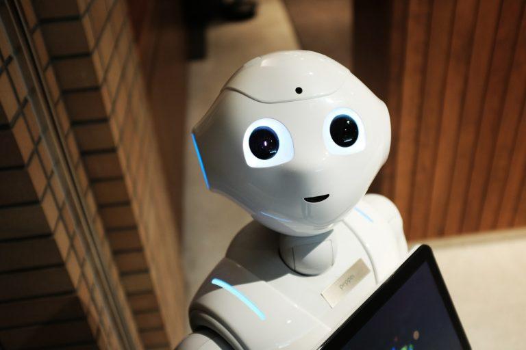 Foto: Weißer Roboter mit großen schwarzen Augen