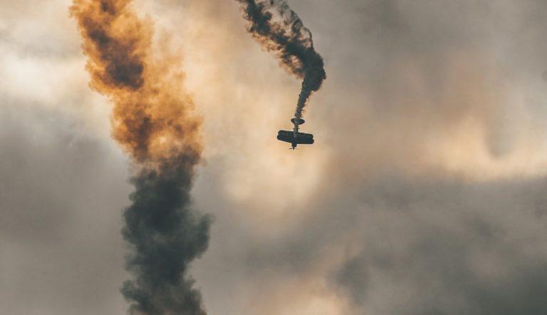 Foto: Stark rauchendes Propeller-Maschine im Sturzflug