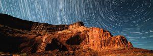 Sternenhimmel über brauner Gebirgskette