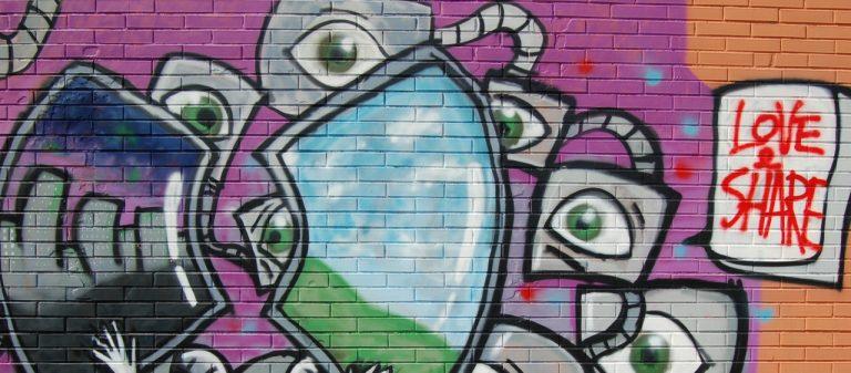 Steinmauer mit bunten Graffiti