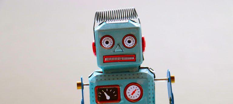 Lustiger Roboter aus Dosen mit erschrecktem Gesichtsausdruck