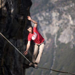 Foto von einem Slackliner über einem Felspalt